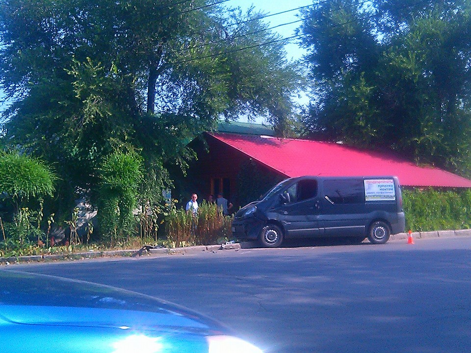 У Миколаєві зіштовхнулись кросовер, міроавтобус і легковик: є постраждалі - фото 2