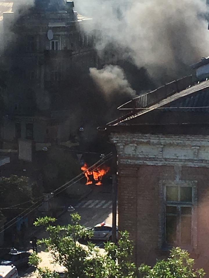 У мережі з'явилися фото палаючого авто, в якому знаходився Шеремета - фото 1