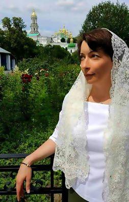 Скандальна Лукаш з`явилася у церкві вся у білому - фото 1