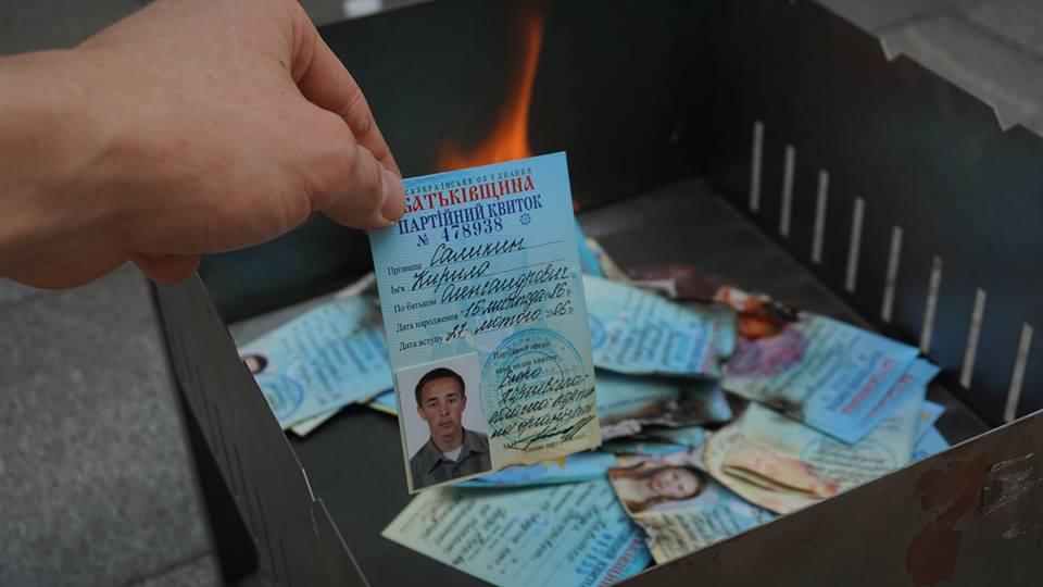 """У Харкові через злиття з Опоблоком лідери та активісти """"Батьківщини"""" спалили партійні квитки - фото 1"""