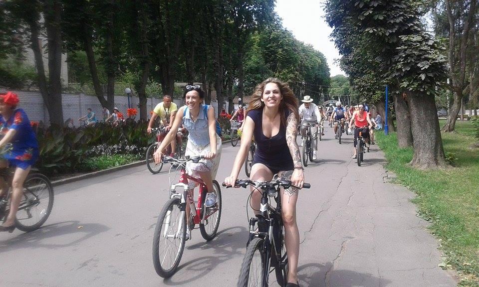 Як дівчата у сукнях на велосипедах по місту їздили - фото 1