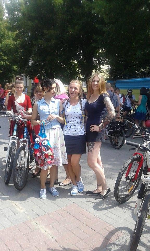 Як дівчата у сукнях на велосипедах по місту їздили - фото 4