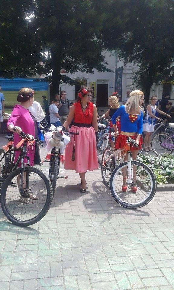 Як дівчата у сукнях на велосипедах по місту їздили - фото 6