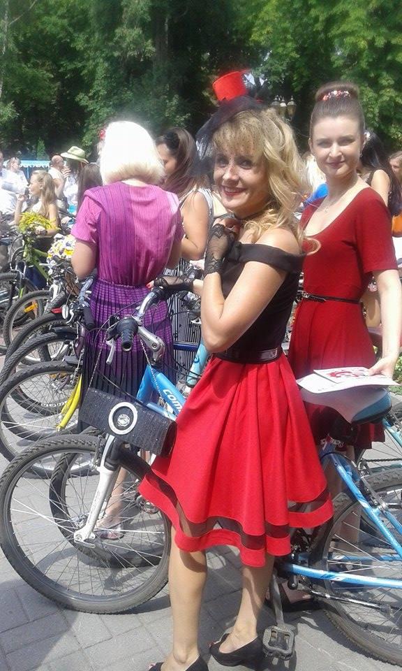 Як дівчата у сукнях на велосипедах по місту їздили - фото 3