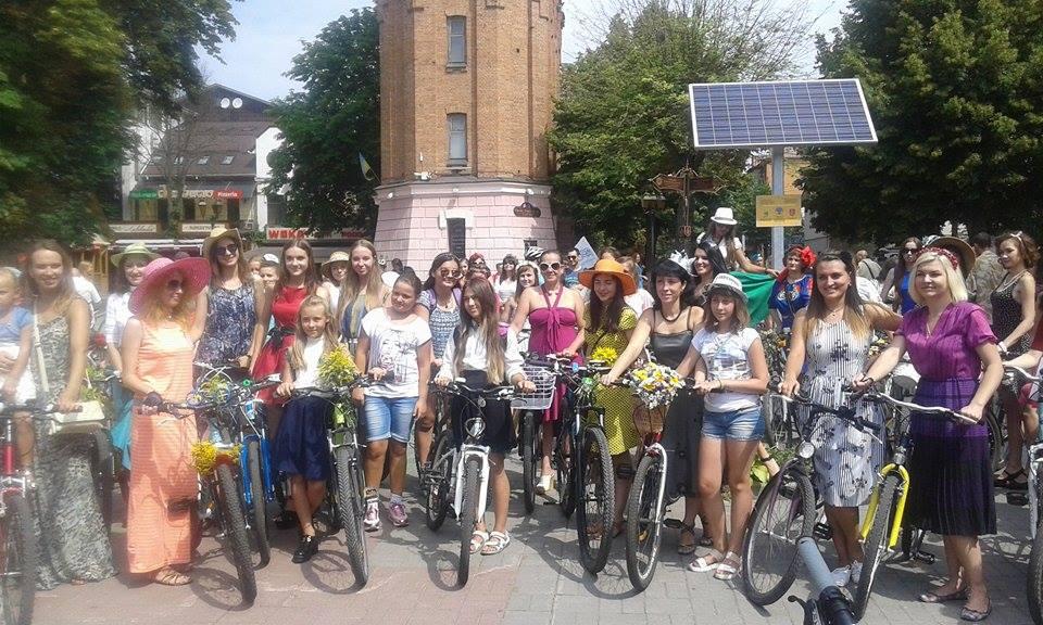 Як дівчата у сукнях на велосипедах по місту їздили - фото 8