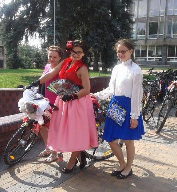 Як дівчата у сукнях на велосипедах по місту їздили - фото 2