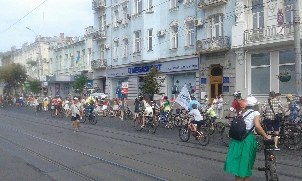 Як дівчата у сукнях на велосипедах по місту їздили - фото 7