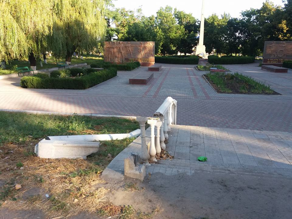 На Миколаївщині вандали зруйнували огорожу біля Обеліску слави