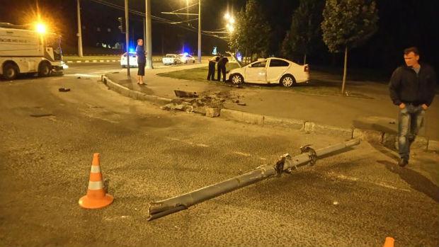 На проспекті Гагаріна перекинувся легковик: дві людини травмовані - фото 3