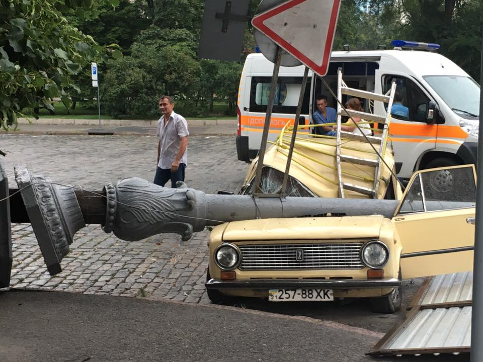 У центрі Харкова гігантський ліхтар розчавив авто  - фото 1
