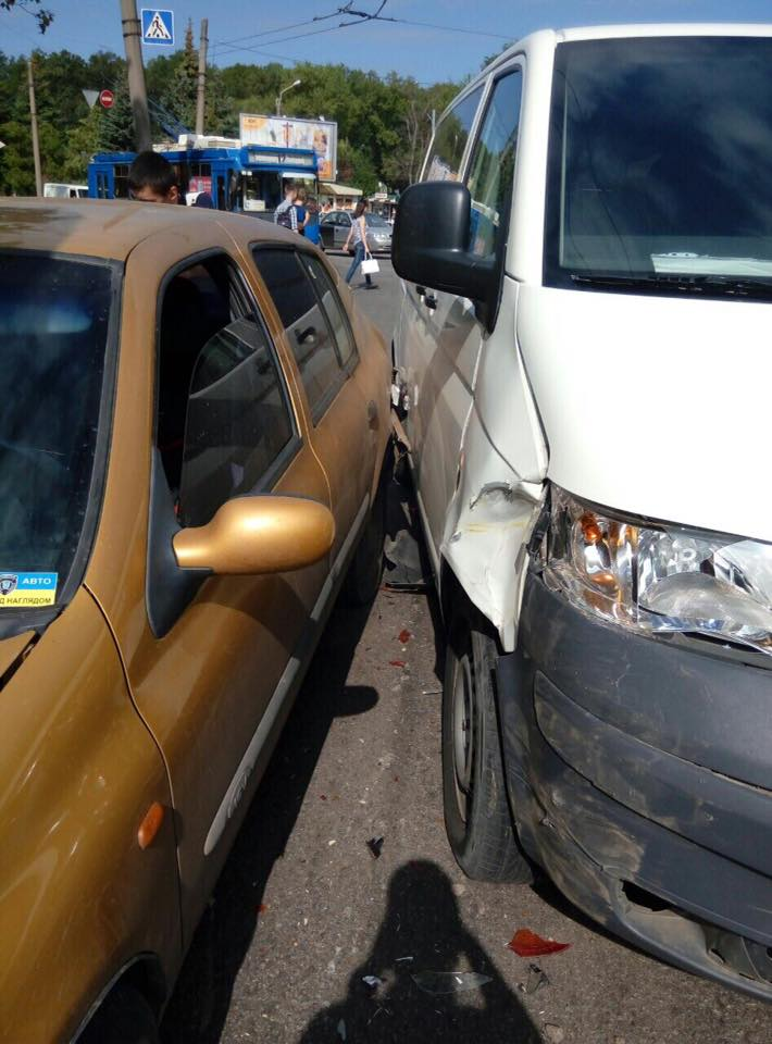 У Харкові водій влаштував ДТП з маршруткою  - фото 3