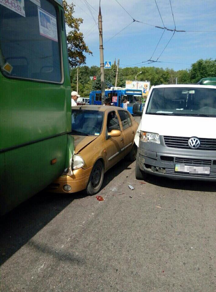 У Харкові водій влаштував ДТП з маршруткою  - фото 2