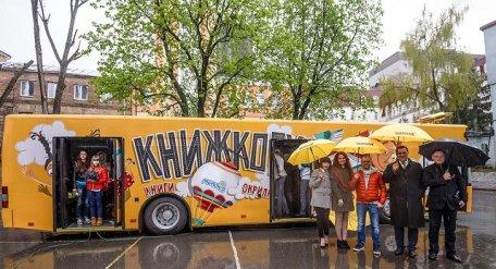 На вулицях Києва з'явився перший в Україні автобус-бібліотека - фото 2