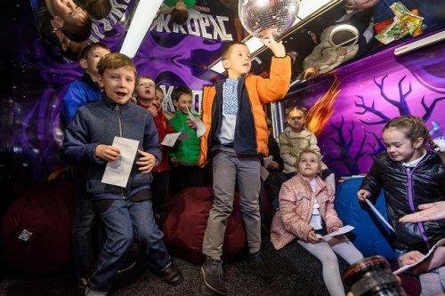 На вулицях Києва з'явився перший в Україні автобус-бібліотека - фото 1