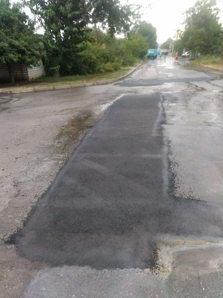 У Миколаєві продовжують вкладати асфальт в дощ - фото 1