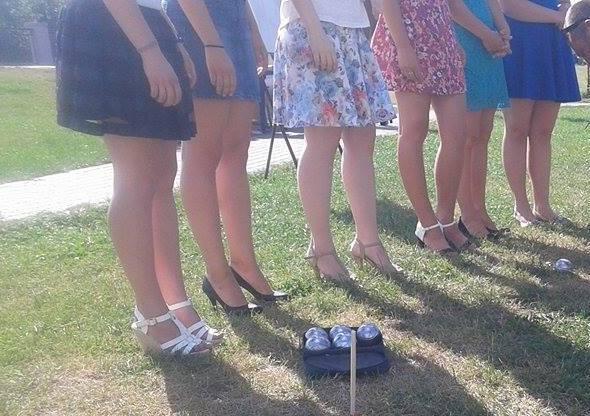 У Вінниці дівчата на підборах зіграли у петанк - фото 1