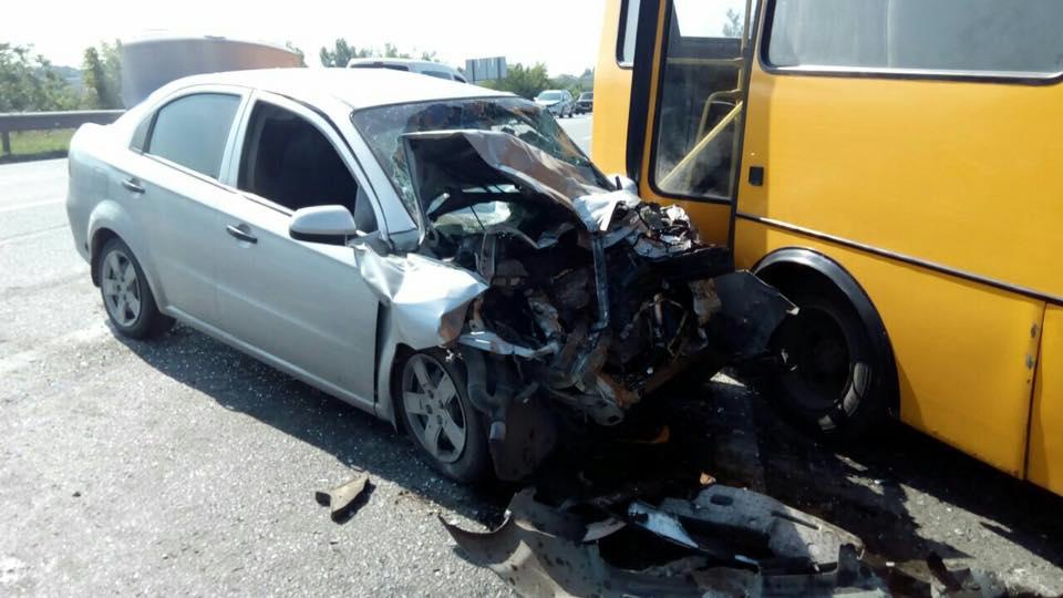 Під Харковом легковик зіткнувся з автобусом: постраждали п'ятеро людей - фото 2