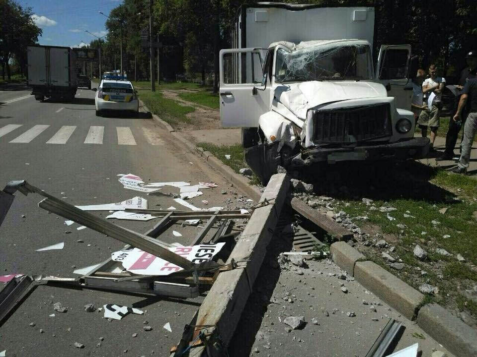 У Харкові водій зламав світлофор  - фото 1