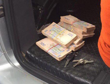У Харкові податківця затримали на хабарі в півмільйона гривень - фото 2