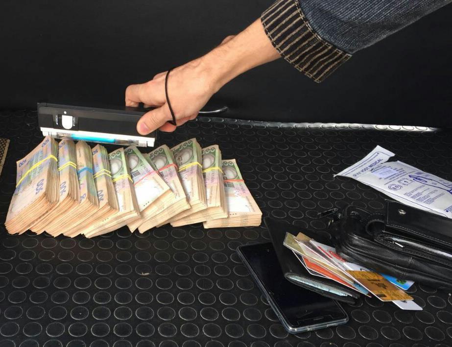 У Харкові податківця затримали на хабарі в півмільйона гривень - фото 1