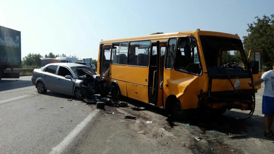 Під Харковом легковик зіткнувся з автобусом: постраждали п'ятеро людей   - фото 1