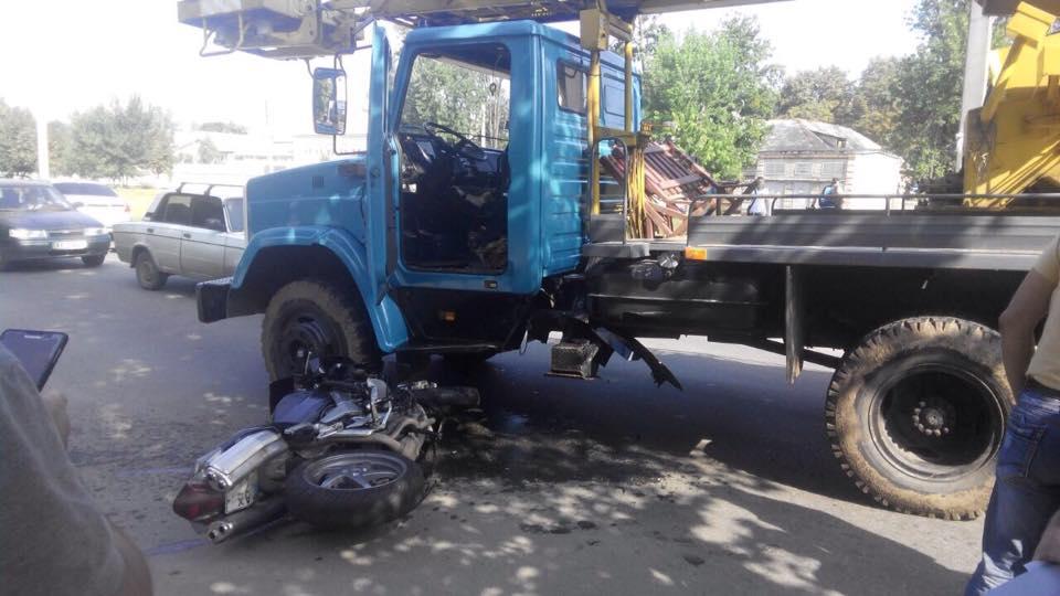 У Харкові мотоцикліст при спробі обігнати вантажівку впав під неї  - фото 2