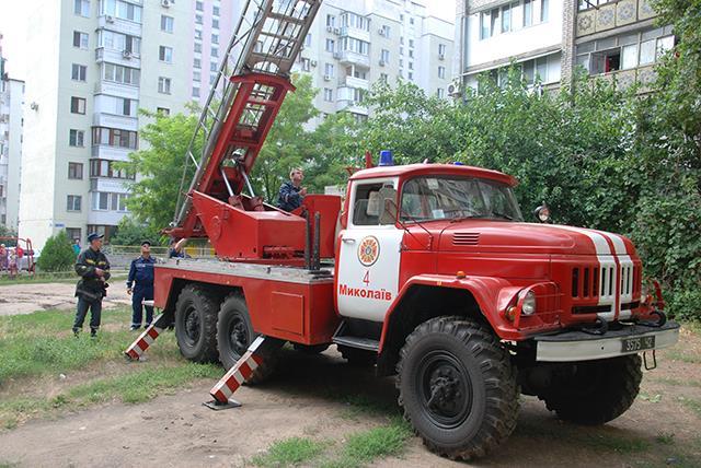 У Миколаєві в балкону багатоповерхівки маленький хлопчик просив по допомогу