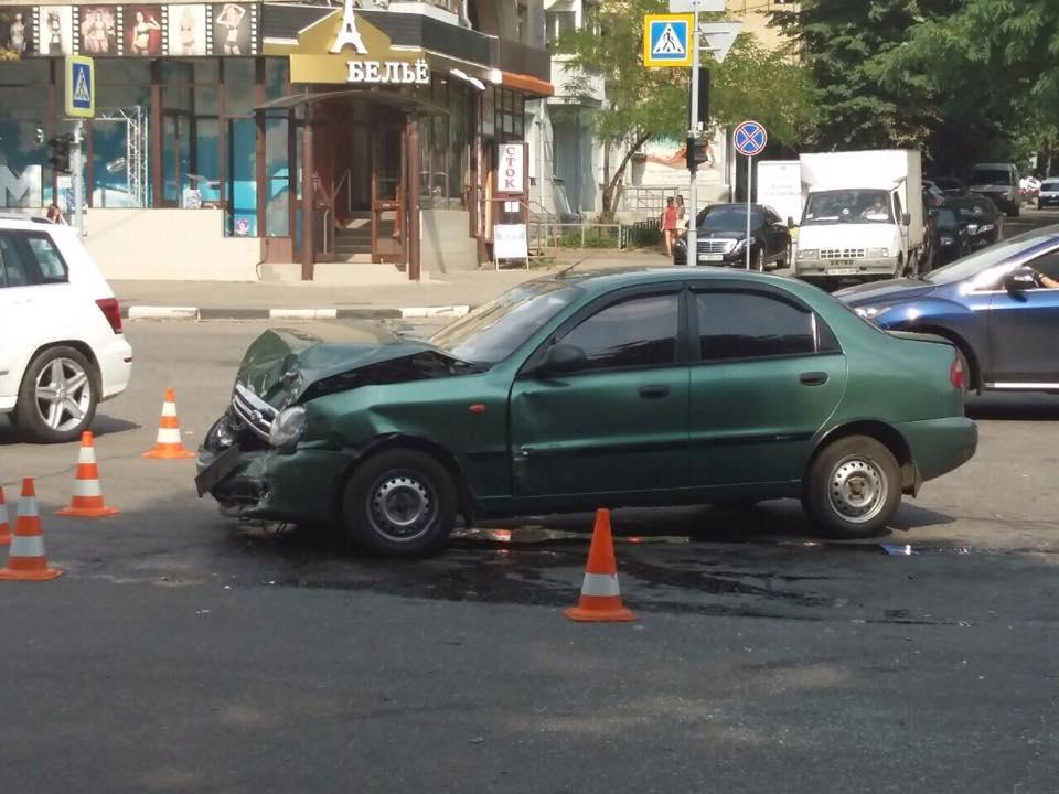 У центрі Харкова зіткнулися легковики: є постраждалі  - фото 1