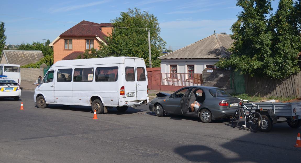 У Миколаєві Daewoo Lanos влетів в маршрутку - фото 1