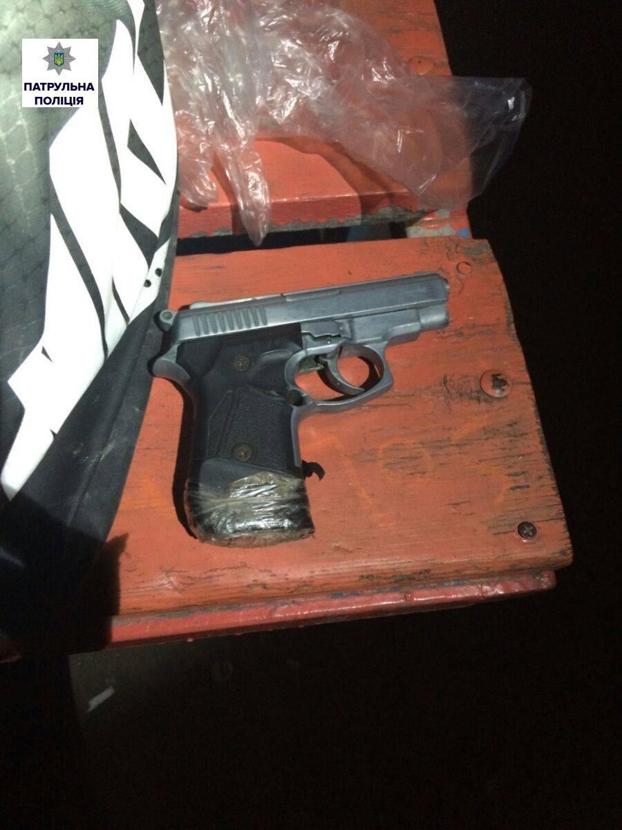 У Миколаєві чоловік спав на лавці, обіймаючи сумку з наркотиками та пістолетом - фото 1