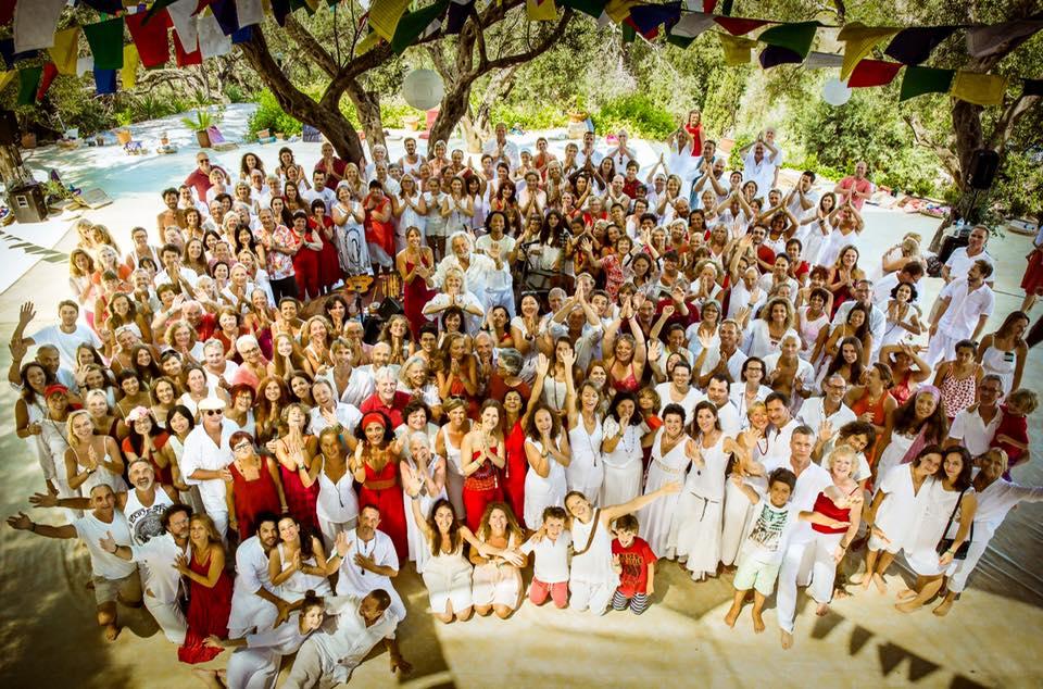 Як дружина Кличка повклонялася сонцю на фестивалі світла у Греції - фото 2