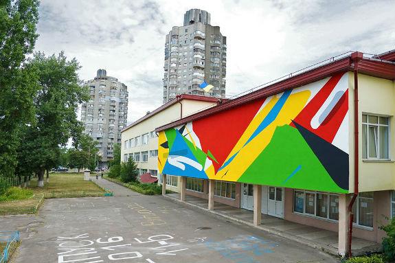 Школу на столичній Оболоні прикрасили абстрактним муралом - фото 1