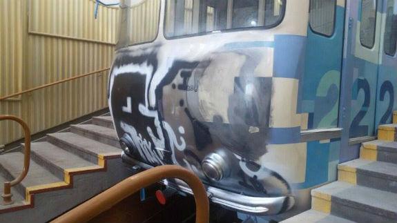 Як вандали спотворили Київський фунікулер  - фото 2