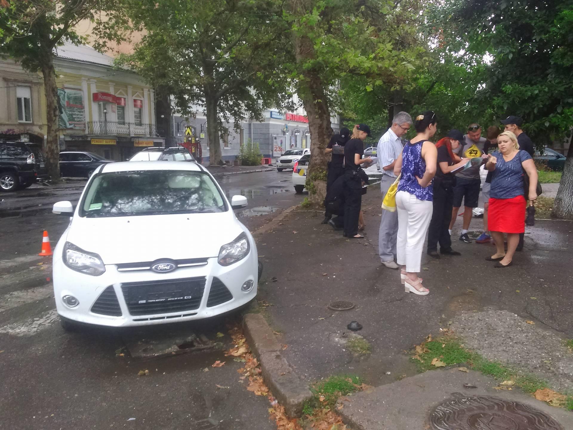 """У центрі Миколаєва не поділили дорог """"Москвич"""" і Ford"""