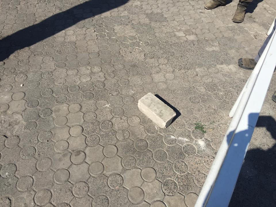 """У Миколаєві власники """"пивнухи"""" кидалися цеглинами під час демонтажу"""