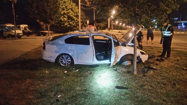 На проспекті Гагаріна перекинувся легковик: дві людини травмовані - фото 2