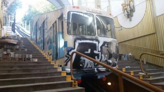 Як вандали спотворили Київський фунікулер  - фото 1