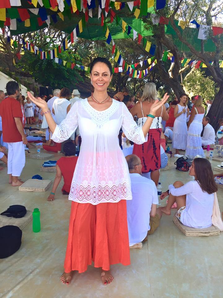 Як дружина Кличка повклонялася сонцю на фестивалі світла у Греції - фото 1