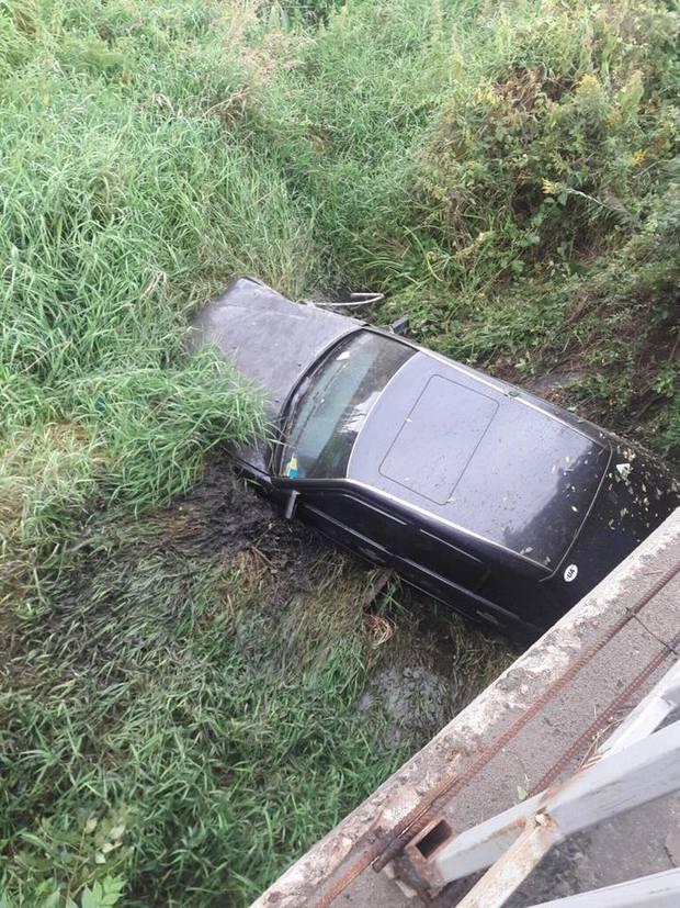 Як автомобіль злетів із мосту біля Львова (ФОТО) - фото 1