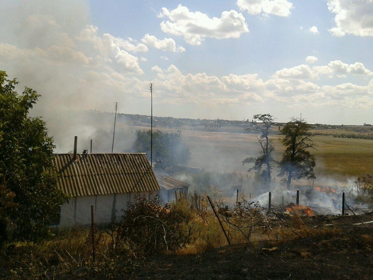 На Миколаївщині через пожежу сухостою загорілись сараї та житловий будинок - фото 2