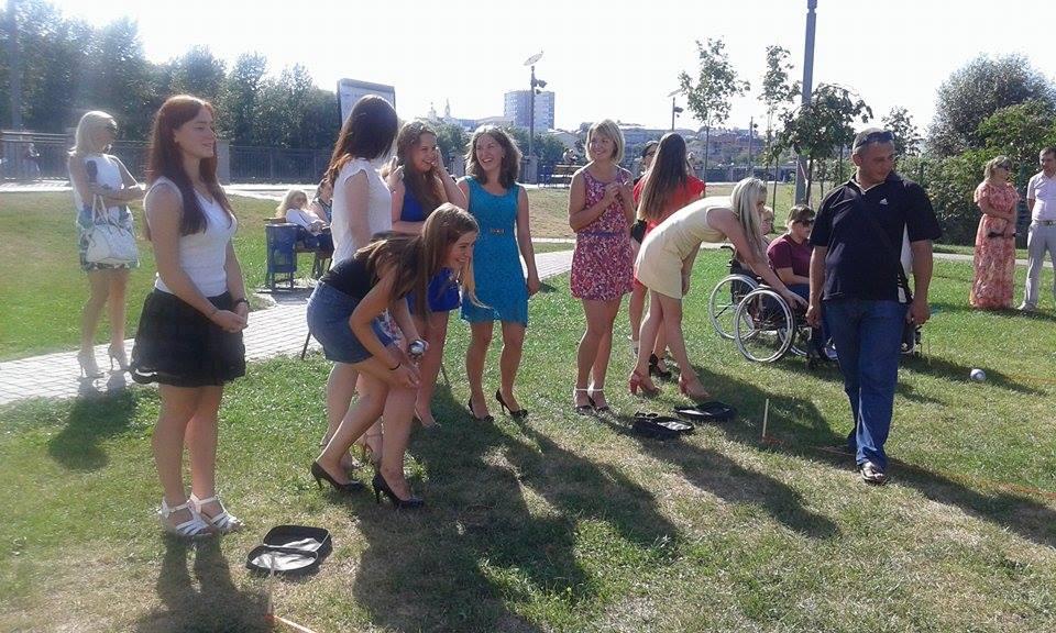 У Вінниці дівчата на підборах зіграли у петанк - фото 8
