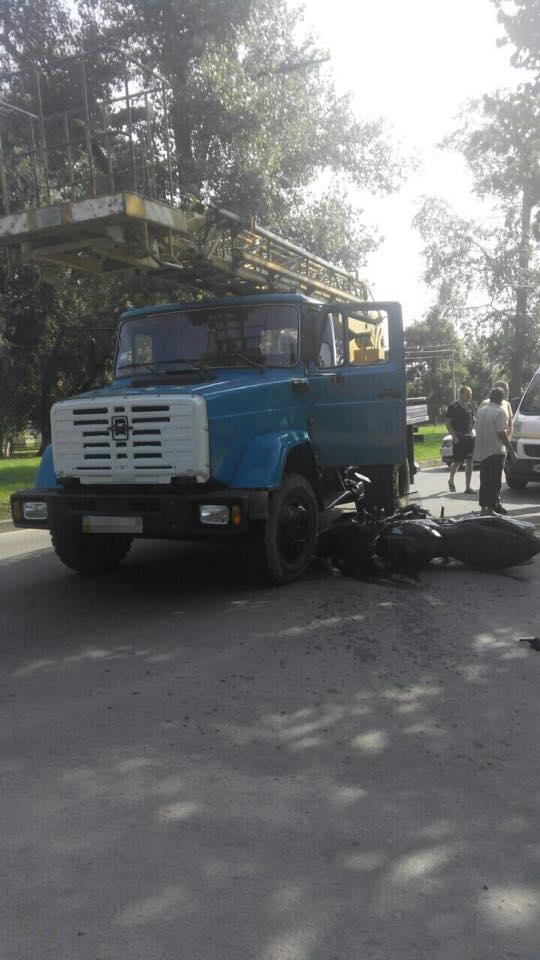 У Харкові мотоцикліст при спробі обігнати вантажівку впав під неї  - фото 3