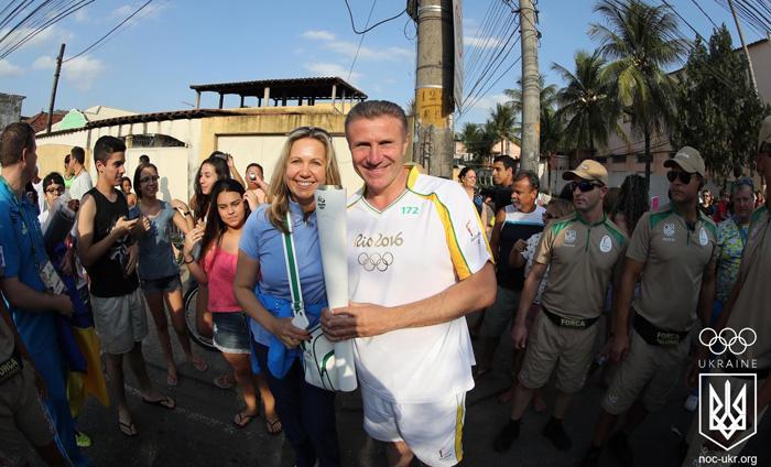 Бубка проніс олімпійський вогонь вулицями Ріо - фото 2