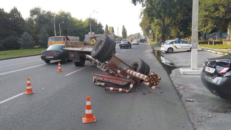 У Харкові три легковика зіткнулися з вантажівкою - фото 4
