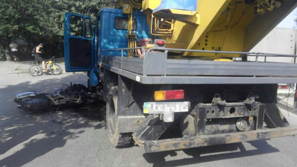 У Харкові мотоцикліст при спробі обігнати вантажівку впав під неї  - фото 1