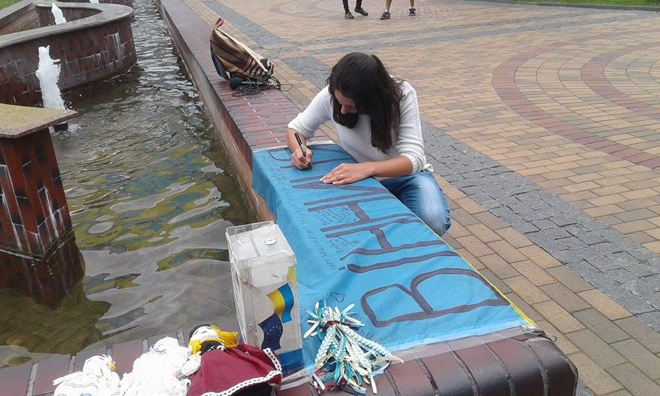 Відома волонтерка розвішала майже дві сотні прапорів перед Вінницькою міськрадою - фото 4