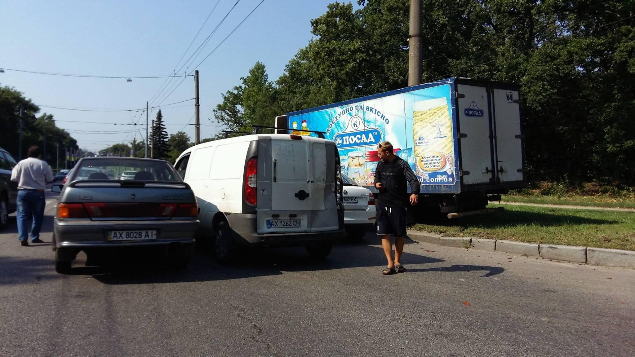 На Білгородському шосе зіткнулися три легковика та вантажівка - фото 1