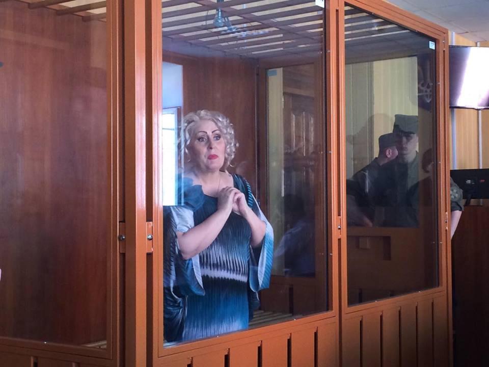 Штепа в суді одягла окуляри і заговорила про свою красу - фото 1
