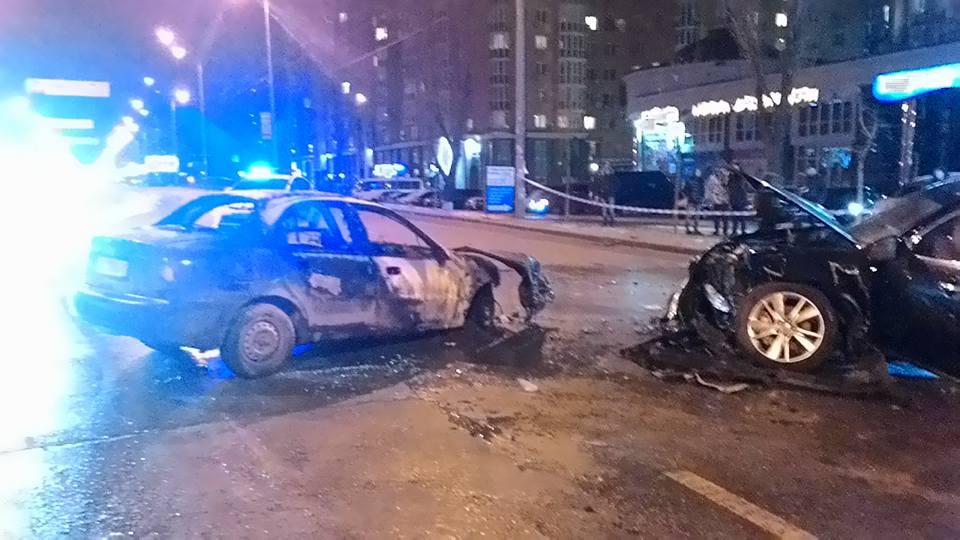 Жахлива ДТП у Києві: Одне авто згоріло, водій загинув - фото 5