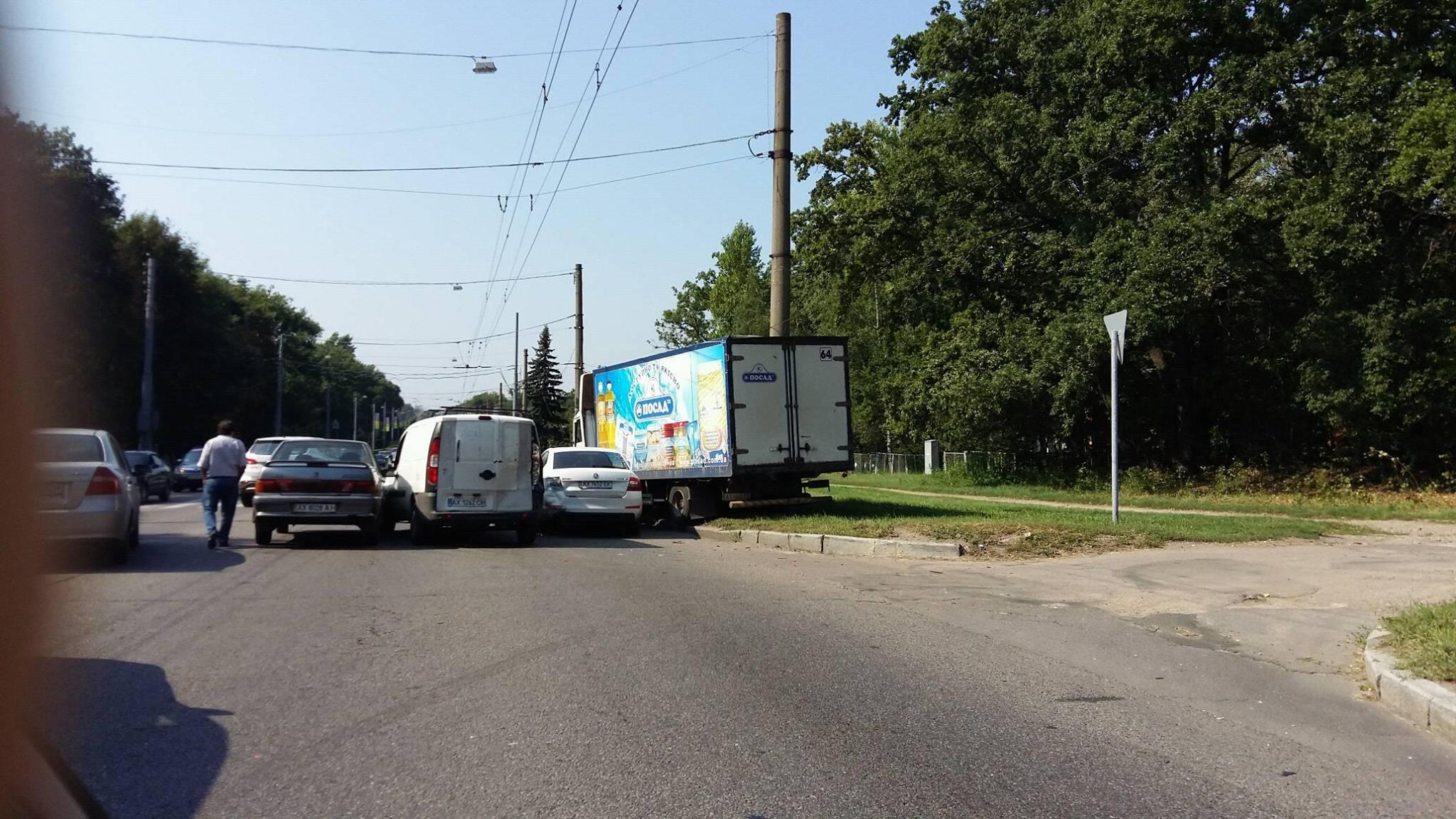 На Білгородському шосе зіткнулися три легковика та вантажівка - фото 2